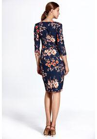 Colett - Elegancka dopasowana sukienka w kwiaty. Materiał: materiał. Wzór: kwiaty. Typ sukienki: proste. Styl: elegancki