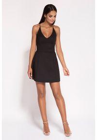 Dursi - Czarna Rozkloszowana Sukienka z Głębokim Dekoltem. Kolor: czarny. Materiał: bawełna, nylon, elastan