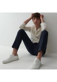 Reserved - Spodnie chino slim fit - Granatowy. Kolor: niebieski