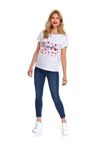 TOP SECRET - T-shirt krótki rękaw damski z ćwiekami, z nadrukiem, z koralikami, z perłami, z aplikacją. Kolor: biały. Materiał: bawełna. Długość rękawa: krótki rękaw. Długość: krótkie. Wzór: nadruk, aplikacja. Sezon: wiosna