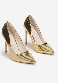 Renee - Złote Szpilki Aquitune. Kolor: złoty. Materiał: lakier. Szerokość cholewki: normalna. Obcas: na szpilce. Styl: klasyczny