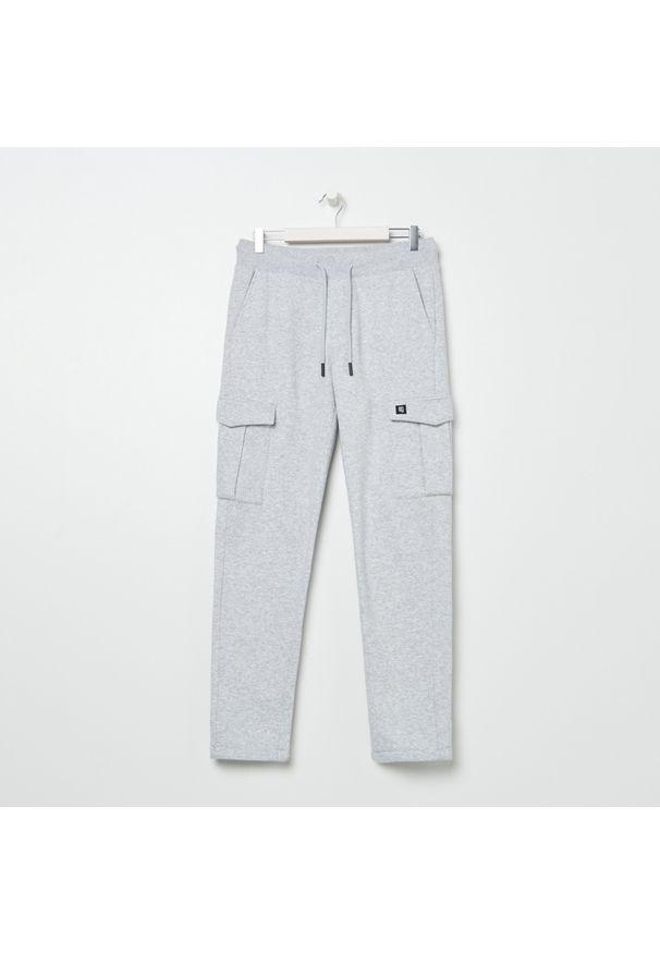 Sinsay - Spodnie dresowe jogger - Jasny szary. Kolor: szary. Materiał: dresówka