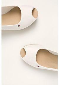 Białe sandały TOMMY HILFIGER na średnim obcasie, z okrągłym noskiem, na klamry