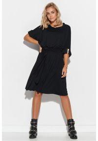 e-margeritka - Sukienka oversize rozkloszowana z paskiem czarna - 36/38. Typ kołnierza: kołnierzyk stójkowy. Kolor: czarny. Materiał: dzianina, elastan, skóra, wiskoza, materiał. Wzór: aplikacja. Typ sukienki: oversize. Styl: elegancki