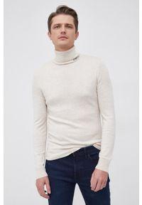Guess - Sweter z domieszką wełny. Okazja: na co dzień. Typ kołnierza: golf. Kolor: beżowy. Materiał: wełna. Długość rękawa: długi rękaw. Długość: długie. Styl: casual