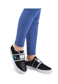 Ideal Shoes - Buty sportowe damskie IdealShoes W3079 Czarne. Zapięcie: bez zapięcia. Kolor: czarny. Materiał: tworzywo sztuczne. Wzór: aplikacja. Obcas: na obcasie. Wysokość obcasa: niski. Sport: turystyka piesza