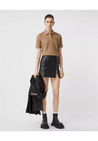 Burberry - BURBERRY - Beżowa koszulka polo. Typ kołnierza: polo. Kolor: beżowy. Materiał: bawełna, elastan. Wzór: haft. Styl: klasyczny, elegancki, rockowy