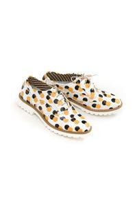 Zapato - sznurowane oksfordki w kropki - skóra naturalna - model 258 - kolor żółte kropki. Nosek buta: okrągły. Zapięcie: sznurówki. Kolor: żółty. Materiał: skóra. Wzór: kropki. Sezon: lato. Obcas: na obcasie. Styl: elegancki, klasyczny. Wysokość obcasa: niski