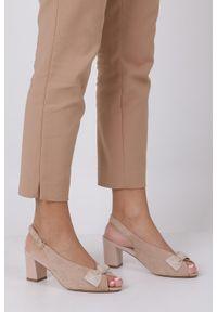 Sergio Leone - Beżowe sandały z kokardką na słupku peep toe sergio leone sk801. Nosek buta: otwarty. Kolor: beżowy. Obcas: na słupku