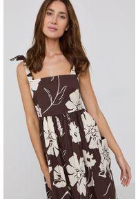 Tory Burch - Sukienka. Kolor: brązowy. Materiał: materiał. Długość rękawa: na ramiączkach. Typ sukienki: rozkloszowane