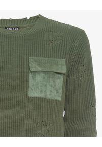 SER.O.YA - Sweter Devin w kolorze khaki. Kolor: zielony. Materiał: bawełna. Długość rękawa: długi rękaw. Długość: długie. Wzór: aplikacja