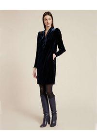 Luisa Spagnoli - LUISA SPAGNOLI - Aksamitna granatowa sukienka midi GESSETTO. Typ kołnierza: dekolt w serek. Kolor: niebieski. Długość: midi