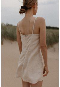 Marsala - Lniana sukienka na cienkich ramiączkach w kolorze naturalnego lnu - COSTA BY MARSALA. Materiał: len. Długość rękawa: na ramiączkach. Sezon: lato. Typ sukienki: proste. Styl: elegancki. Długość: mini