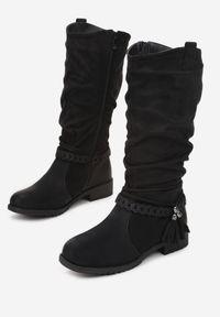 Born2be - Czarne Kozaki Skopul. Nosek buta: okrągły. Zapięcie: pasek. Kolor: czarny. Szerokość cholewki: normalna. Wzór: gładki, aplikacja. Obcas: na obcasie. Styl: boho