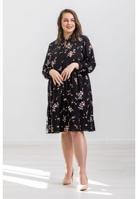 Czarna sukienka Moda Size Plus Iwanek casualowa, ze stójką, w kwiaty