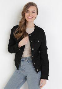 Born2be - Czarna Kurtka Jeansowa Alexessei. Kolor: czarny. Materiał: jeans. Długość rękawa: długi rękaw. Długość: długie. Wzór: aplikacja
