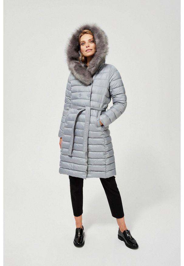MOODO - Płaszcz zimowy pikowany z futerkiem. Typ kołnierza: kaptur. Materiał: futro. Długość rękawa: długi rękaw. Długość: długie. Wzór: gładki. Sezon: zima