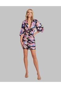 SELF LOVE - Mini sukienka w kwiatowy wzór Berlin. Kolor: czarny. Materiał: wiskoza, materiał. Wzór: kwiaty. Typ sukienki: dopasowane. Długość: mini