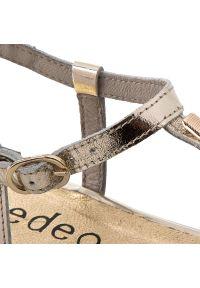 Złote sandały Edeo na średnim obcasie, z aplikacjami