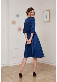 Marie Zélie - Sukienka Duilin Tarsia granatowa. Kolor: niebieski. Materiał: bawełna, satyna, skóra, materiał. Typ sukienki: kopertowe. Styl: klasyczny