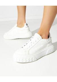 Casadei - CASADEI - Lakierowane sneakersy Off Road C Chain. Kolor: biały. Materiał: lakier. Wzór: napisy
