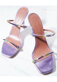 AMINA MUADDI - Fioletowe sandały z kryształami Gilda. Zapięcie: pasek. Kolor: różowy, fioletowy, wielokolorowy. Materiał: materiał. Wzór: paski. Obcas: na obcasie. Wysokość obcasa: średni