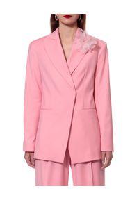 AGGI - Różowa marynarka z kwiatem Charlie. Kolor: fioletowy, różowy, wielokolorowy. Materiał: żakard. Wzór: kwiaty