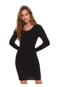 TOP SECRET - Dzianinowa, dopasowana sukienka. Kolor: czarny. Materiał: dzianina. Wzór: aplikacja. Sezon: jesień, zima. Typ sukienki: proste