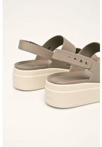 Szare sandały Crocs na platformie, bez obcasa