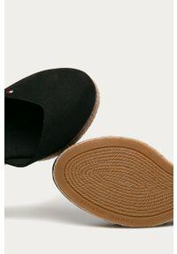 Czarne sandały TOMMY HILFIGER na średnim obcasie, z okrągłym noskiem, na koturnie, na klamry