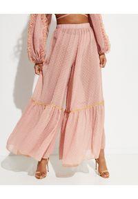 CHIO - Spodnie kuloty z falbaną. Stan: podwyższony. Kolor: różowy, fioletowy, wielokolorowy. Materiał: materiał. Długość: długie. Wzór: kropki, haft