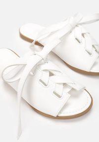 Born2be - Białe Klapki Acsephila. Okazja: na co dzień. Nosek buta: okrągły. Kolor: biały. Obcas: na płaskiej podeszwie. Styl: casual