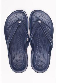 Crocs - Japonki. Kolor: niebieski. Materiał: materiał. Wzór: gładki
