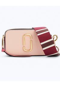 THE MARC JACOBS - Różowa torebka Snapshot Small. Kolor: wielokolorowy, różowy, fioletowy. Wzór: kolorowy, aplikacja, paski. Dodatki: z frędzlami. Rodzaj torebki: na ramię