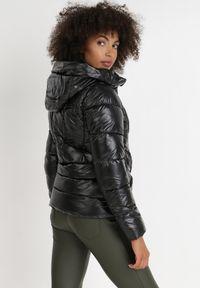 Born2be - Czarna Kurtka Adeina. Kolor: czarny. Materiał: tkanina. Długość rękawa: długi rękaw. Długość: długie. Wzór: aplikacja