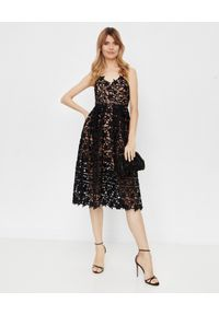 Czarna sukienka w ażurowe wzory, rozkloszowana, klasyczna