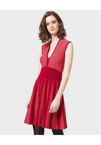 Emporio Armani - EMPORIO ARMANI - Sukienka z modelowaną talią. Okazja: na co dzień. Kolor: czerwony. Materiał: żakard. Długość rękawa: na ramiączkach. Typ sukienki: rozkloszowane. Styl: casual