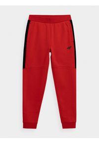 4f - Spodnie dresowe jogggery chłopięce. Okazja: na co dzień. Kolor: czerwony. Materiał: dresówka. Styl: casual