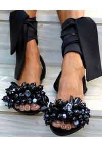 ELINA LINARDAKI - Czarne sandały Gloria. Zapięcie: pasek. Kolor: czarny. Materiał: jedwab. Wzór: aplikacja. Sezon: lato. Styl: elegancki