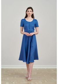 Marie Zélie - Sukienka Rosa lniana ciemnoniebieska. Typ kołnierza: kokarda. Kolor: niebieski. Materiał: len. Długość rękawa: krótki rękaw. Długość: midi