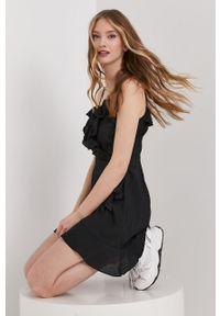 Czarna sukienka Answear Lab na co dzień, gładkie, mini, wakacyjna