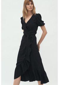 Nife - Czarna kopertowa sukienka midi w stylu boho z falbaną. Kolor: czarny. Typ sukienki: kopertowe. Styl: boho. Długość: midi
