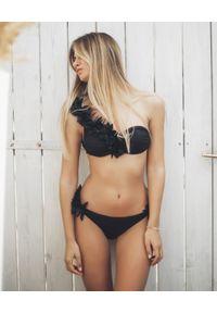 LA REVECHE - Dół od bikini Assuan. Kolor: czarny. Materiał: tkanina. Wzór: kwiaty, aplikacja