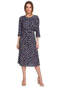 MOE - Midi Sukienka w Grochy z Nietoperzowym Rękawem - Granatowa. Kolor: niebieski. Materiał: wiskoza. Wzór: grochy. Długość: midi
