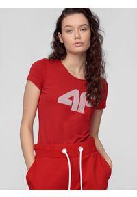 Czerwona koszulka sportowa 4f z nadrukiem