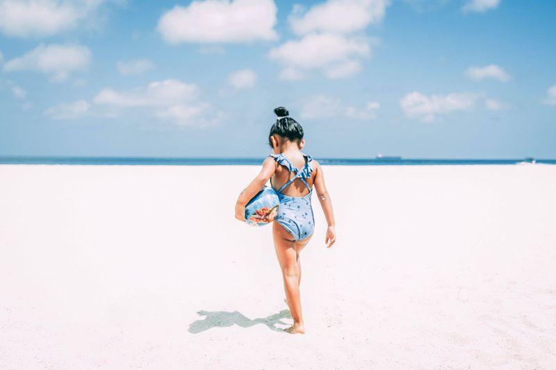 dziewczynka w niebieskim stroju kąpielowym