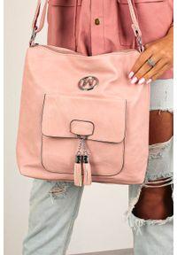 Casu - Różowa torebka listonoszka z kieszonką z przodu i metalową ozdobą casu w-528. Kolor: różowy. Wzór: aplikacja