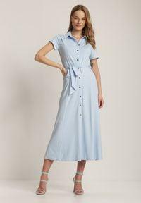 Renee - Jasnoniebieska Sukienka Asheila. Kolor: niebieski. Materiał: materiał. Długość rękawa: krótki rękaw. Wzór: aplikacja. Typ sukienki: koszulowe. Długość: midi