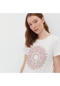Kremowy t-shirt Sinsay z nadrukiem