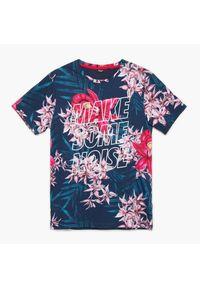 Cropp - Koszulka z nadrukiem all over - Granatowy. Kolor: niebieski. Wzór: nadruk